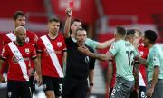 ''Светците'' свалиха Евертън на земята, нов червен картон за играч на ''карамелите''