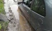 Улица погълна кола в Перник