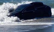 Разходка по плажа с Tesla Model X завърши в океана
