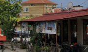 Сигнал до ФАКТИ: Кметица от ГЕРБ препречва достъпа до тротоара пред заведението си (СНИМКИ)