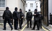Мъж простреля двама край колеж във Великобритания