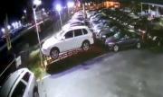 Кола се заби в автокъща, пасажерката изостави ранения шофьор (ВИДЕО)