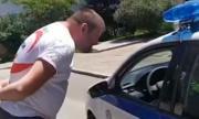 Полицаи глобиха доброволец, докато раздава безплатна храна (ВИДЕО)