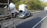 Бетоновоз и лека кола се удариха преди тунел