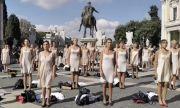 Стюардеси от закрита авиокомпания протестираха по бельо