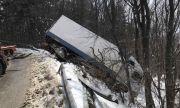 Камион вися над пропаст в Шипченския проход