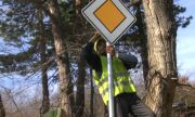 Откраднаха с ъглошлайф 20 пътни знака от път край Разград