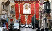 Малта плаща на туристите