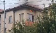 Мълния удари къща в Мездра, подпали покрива ѝ
