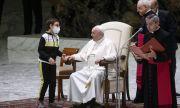 Дете се опита да вземе шапката на папата
