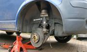 Монтана: Бус на крик падна и затисна мъж, докато сменя гума