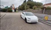 Шофьор на Tesla се подигра с петролната криза във Великобритания (ВИДЕО)