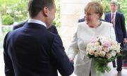 Медведев възхвалява Меркел и обвинява САЩ за отношенията със Запада