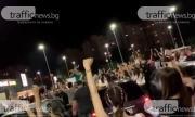 Стотици абитуриенти блокираха Пловдив! Купонясват без дистанция (ВИДЕО)