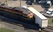 Влак блъсна камион натоварен с луксозни коли