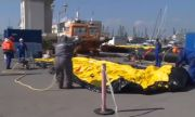 Надуват баржите за прехвърлянето на товара от
