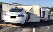 Tesla с включен автопилот се заби в преобърнат камион (ВИДЕО)
