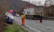 Катастрофа между лек автомобил и камион на пътя София –