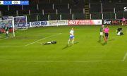 Безумие: Вратар просна защитник заради допуснат гол (ВИДЕО)