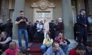 Образуват жив щит около парламента в Белград