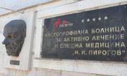 В България вече всеки познава заразен с коронавирус. Но те горят маски
