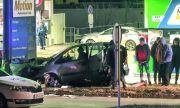 Кола се заби в бензиностанция в София, трима пострадаха
