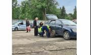 Полицаи помогнаха да се смени гума