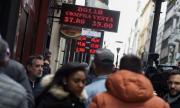 Аржентина в паника! Извиха се опашки пред банките (СНИМКИ)
