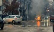 Такси пламна като факла на оживена улица