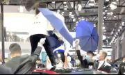 Разгневена жена скача върху покрива на Tesla на автоизложението в Шанхай (ВИДЕО)