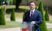 Македонските дипломати се качват на тротинетки