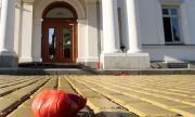 Чакат с домати депутатите за извънредно заседание