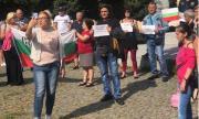 Десетки българи излязоха на протест в Прага (ВИДЕО)