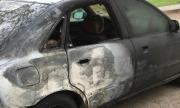 Съседски тормоз! Мъж запали две коли на семейство, преследва сина им