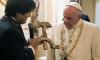 Подариха разпятие от сърп и чук на папата