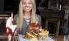 Жена срещу бургер (ВИДЕО)
