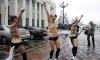 Голи активистки нахлуха на коне в Украинския парламент (видео)