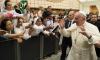 Папа Франциск приютява семейство бежанци във Ватикана